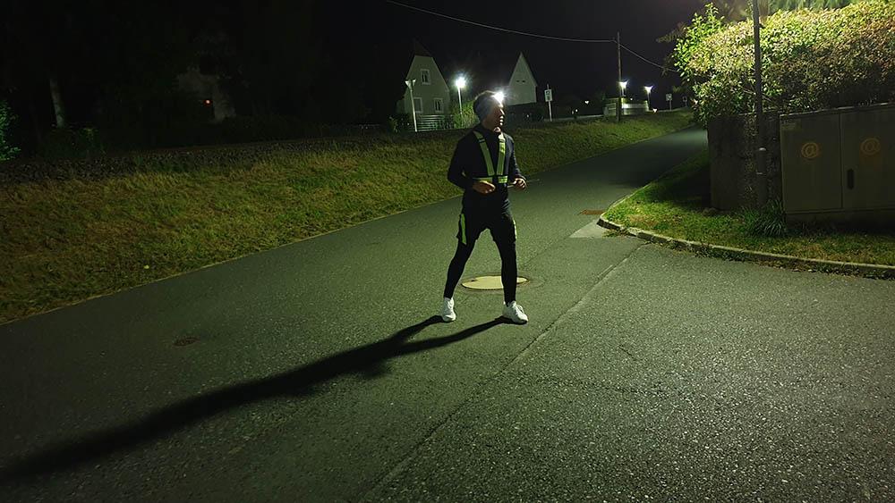 Mann, Laufen im Dunkeln, Reflektoren, Stirnlampe, Kleinstadt